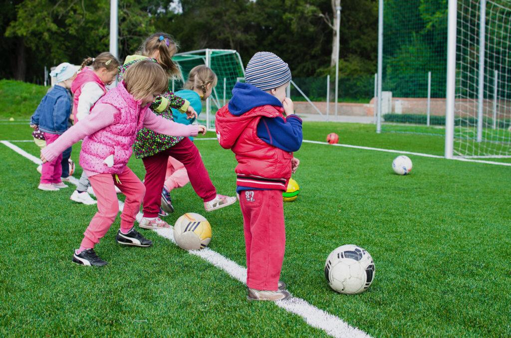 børn-spiller-bold