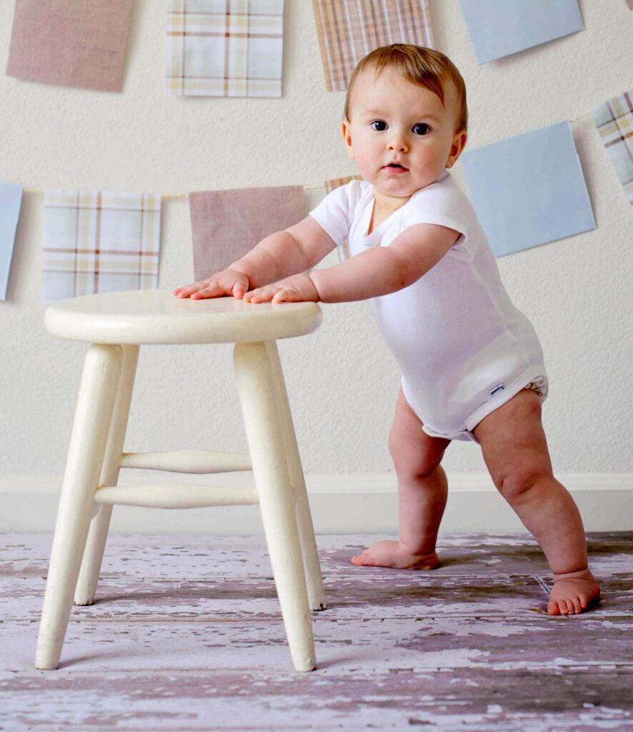baby-står-op-ad-stol