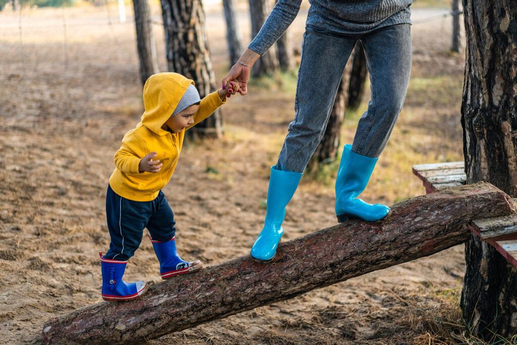 dreng-balancere-på-træstamme