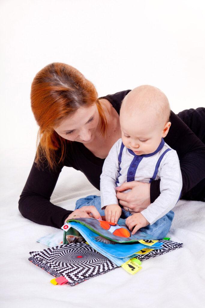 mor-og-baby-kigger-i-bog